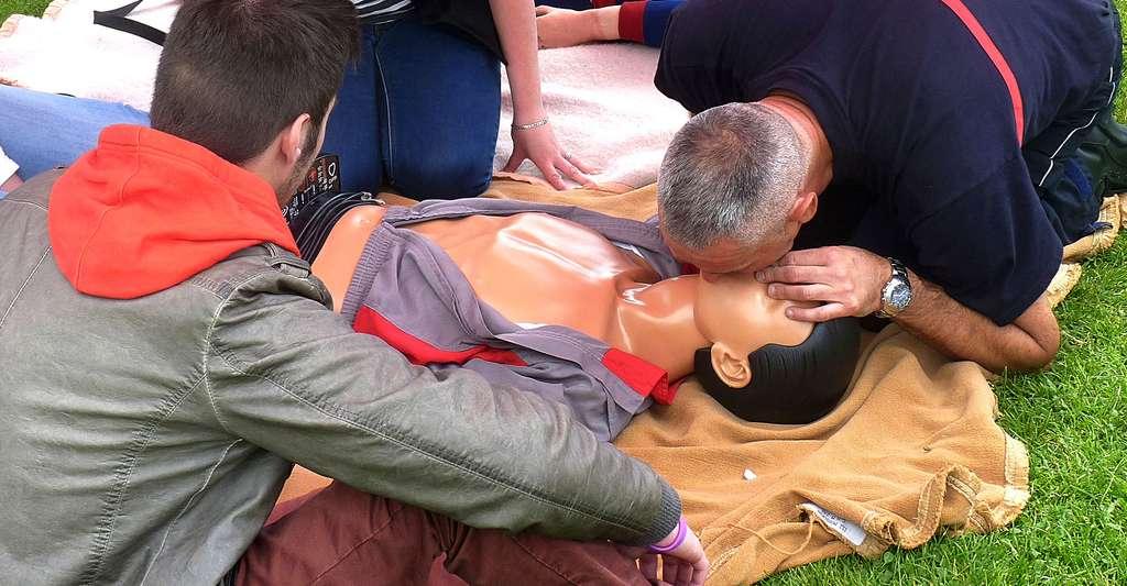 Apprentissage de la technique du bouche-à-bouche à de jeunes gens, effectuée par un pompier sur un mannequin. © Jamain, GFDL