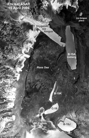 En avril 2005, B15A vient cogner le glacier Drygalski. La collision est immortalisée par les images prises par l'Asar (Advanced Synthetic Aperture Radar), le radar à synthèse d'ouverture installé sur le satellite Envisat. Crédit : ESA.