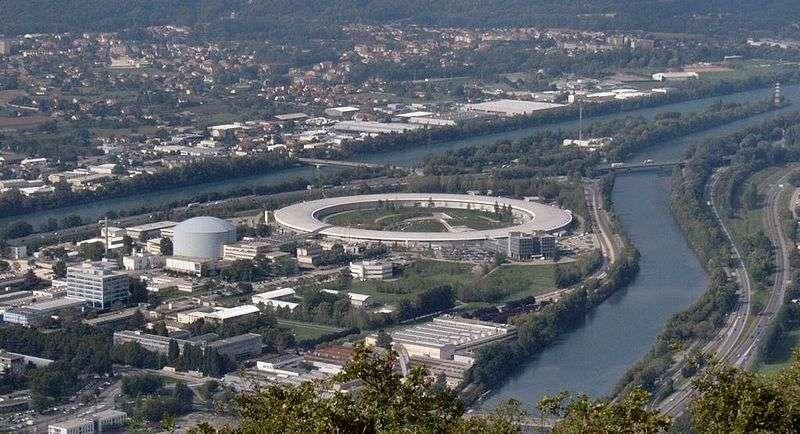 Le réacteur de l'Institut Laue-Langevin, à gauche du cyclotron, au confluent du Drac et de l'Isère. © Christian Hendrich, Wikipédia, cc by sa 3.0