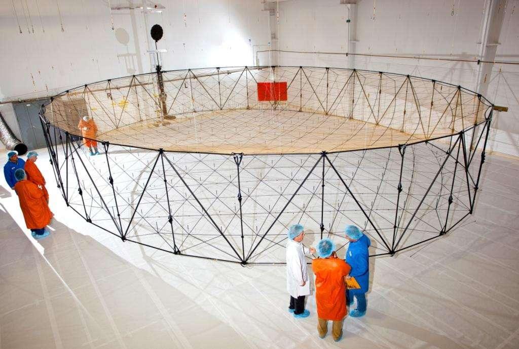 L'antenne d'Alphasat est construite par le groupe Northrop Grumman. À la différence des antennes des satellites de télécommunications conçues pour couvrir des régions précises, celle d'Alphasat dispose de faisceaux pouvant être formés de façon électronique pour s'adapter en temps réel aux régions à privilégier en fonction du trafic. © Northrop Grumman