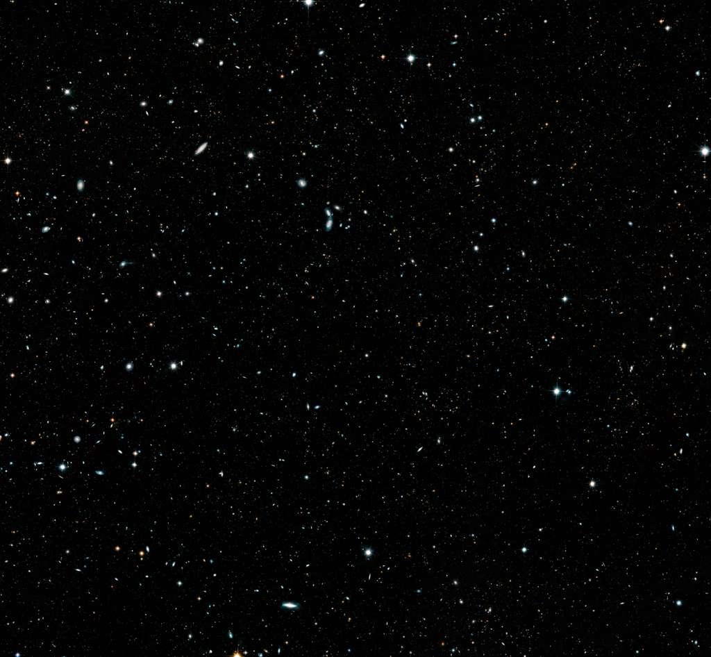 Regardez bien : il y a 265.000 galaxies sur cette image ! Vous pouvez obtenir cette image en haute résolution ici (5.198 x 4.801 px, 37 Mb) et en très, très haute résolution ici (20.791 x 19.201 px, 529 Mb). © Nasa, ESA, G. Illingworth and D. Magee (University of California, Santa Cruz), K. Whitaker (University of Connecticut), R. Bouwens (Leiden University), P. Oesch (University of Geneva), and the Hubble Legacy Field team