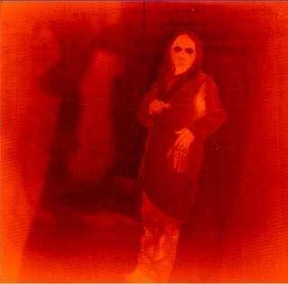 Image en fausses couleurs d'un ingénieur du centre Goddard, prise par le détecteur QWIP On peut y voir l'empreinte thermique laissée par sa main, tandis qu'il l'ôte de la poche de sa blouse Les zones les plus chaudes sont orangées et les plus froides apparaissent en rouge sombre (Crédits : NASA)