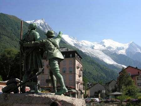 Balmat et De Saussure , cette statue se trouve à Chamonix