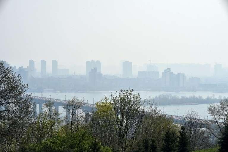 La ville de Kiev dans un brouillard de pollution, le 17 avril 2020 en Ukraine. © Sergei Supinsky, AFP