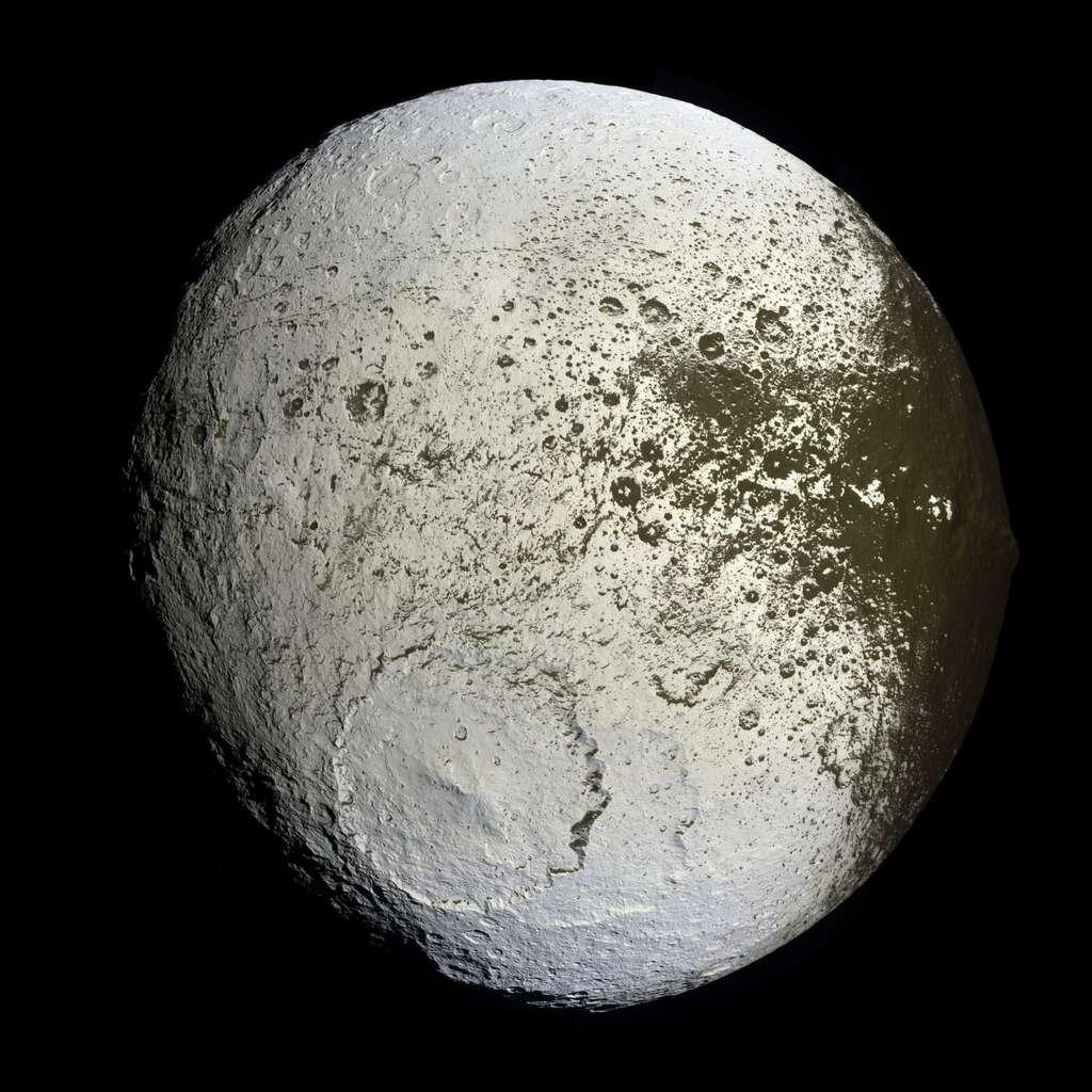 Une vue de Japet, l'une des lunes les plus mystérieuses de Saturne en raison de son bourrelet équatorial et de ses deux faces, l'une blanche, l'autre sombre. © Nasa, JPL