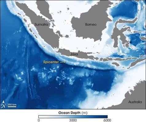 Vue par satellite de la zone du tsunami qui a touché l'île de Java le 17 juillet 2006 Y figurent notamment la profondeur de l'océan (la couleur bleu foncé correspond aux grandes profondeurs) et le lieu de l'épicentre du séisme, à 250 kilomètres des côtes. Celui-ci se trouvait sur une zone où l'océan gagne brutalement en profondeur (Crédits : Jesse Allen, Earth Observatory.)