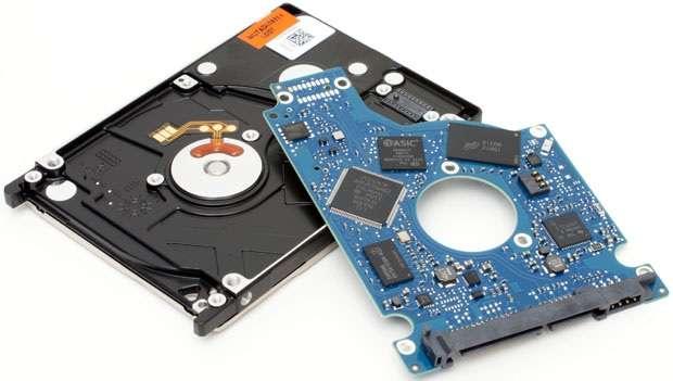 À l'intérieur de ce disque dur SSHD, une carte électronique dispose de plusieurs modules de mémoire SSD et d'un contrôleur spécialement programmé pour stocker les données les plus souvent exploitées sur le disque dur classique. © Seagate