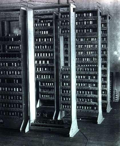 L'Edsac (Electronic Delay Storage Automatic Calculator) à l'université de Cambridge au début des années 1950. Il sera utilisé dans la course aux nombres premiers par J. C. P. Miller et D. J. Wheeler en 1951. © DP