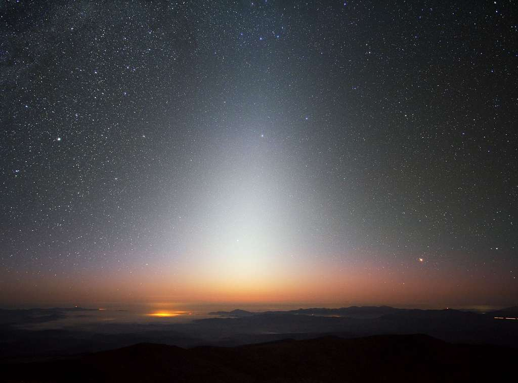 Sur Terre, dans les régions préservées de la pollution lumineuse des agglomérations urbaines, on peut distinguer la lumière zodiacale à l'aube ou au crépuscule comme nous le montre cette photo prise en 2009 sur le site de l'observatoire de La Silla, au Chili, à 2.400 m d'altitude. © Eso, Yuri Beletsky