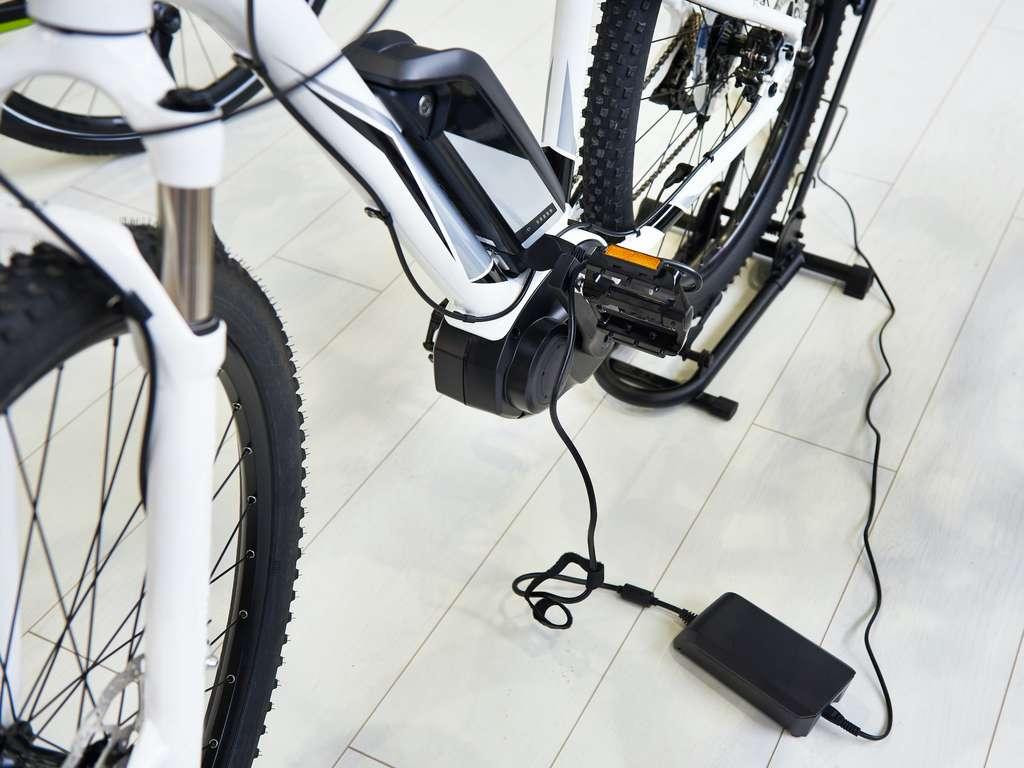 La batterie d'un vélo électrique doit être traitée avec les mêmes égards que celle d'un smartphone. Normal, c'est la même technologie lithium-ion qui est généralement employée. © Sergey Ryzhov, Adobe Stock