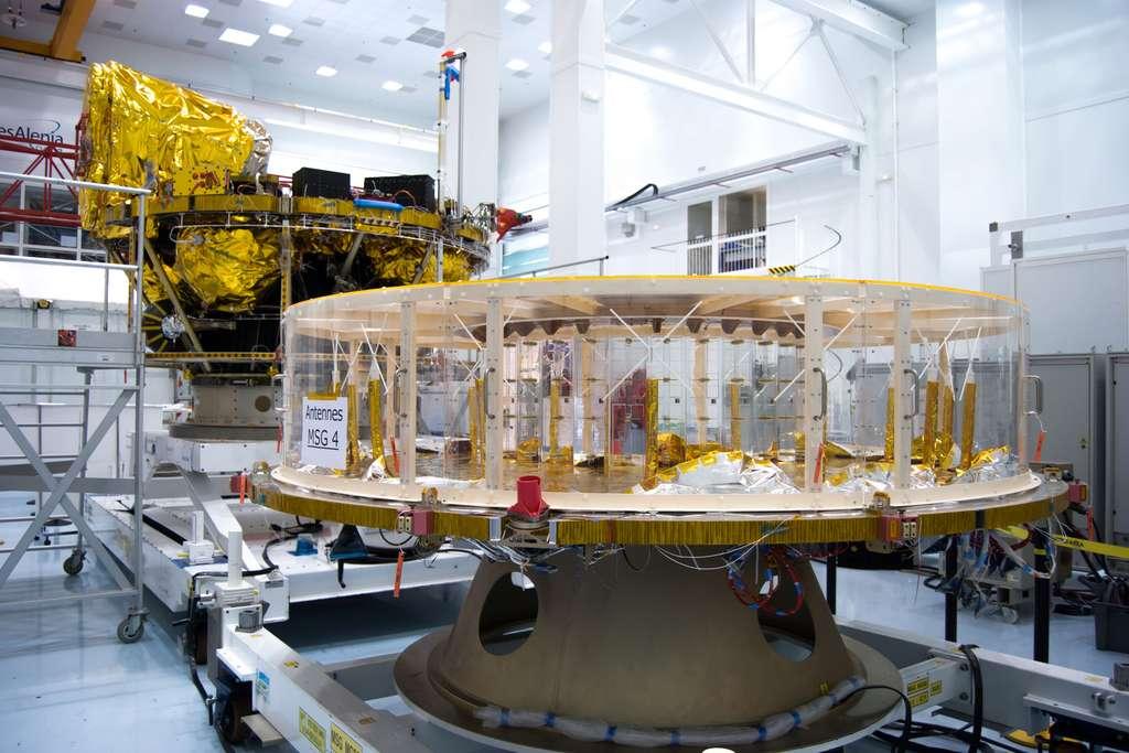 Dans l'usine cannoise de Thales Alenia Space, où ont été construits les quatre satellites Météosat de seconde génération, le dernier de la série est ici en cours d'intégration (octobre 2012). © Rémy Decourt
