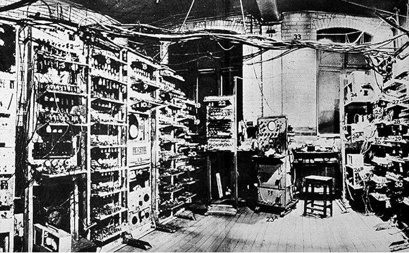 La machine de Manchester en juin 1949. Le premier programme qui y fut exécuté chercha des nombres premiers de Mersenne. © DP
