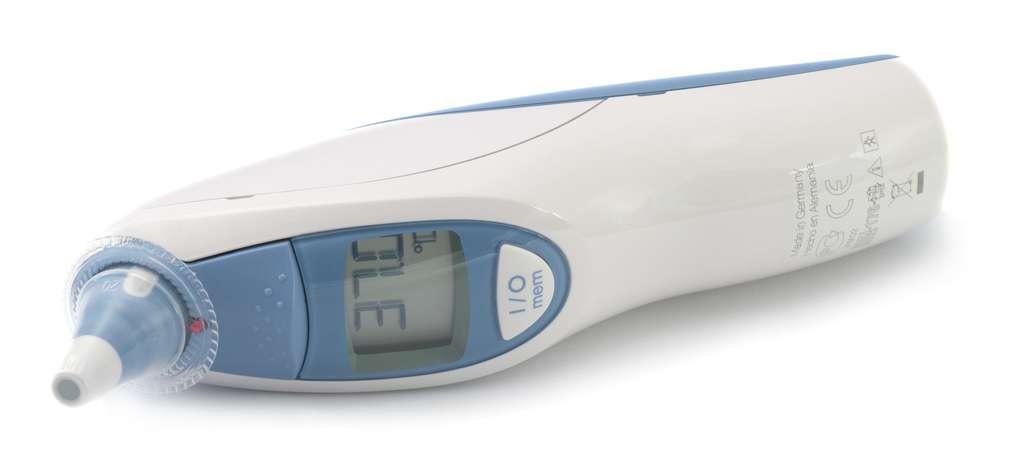 Un thermomètre à infrarouge pour une prise de température tympanique. © Europhoton, Fotolia