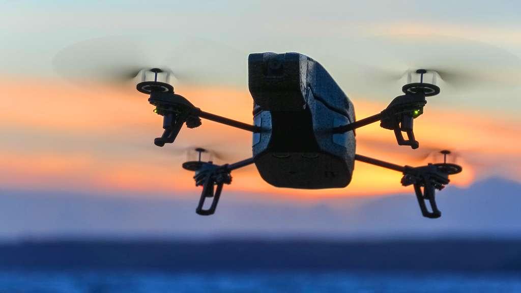 L'Ar Drone 2.0 de sortie au soleil couchant
