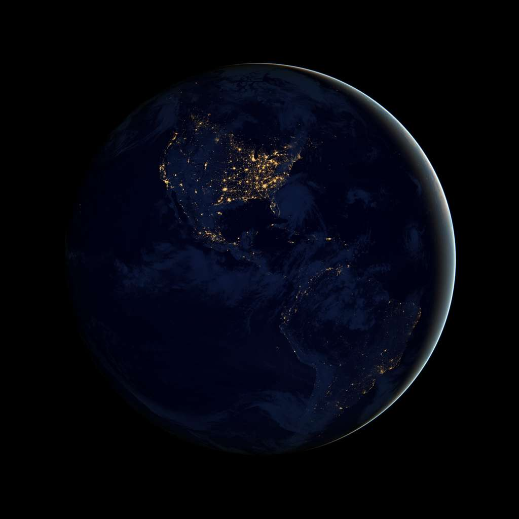 Les deux Amériques sont très différentes la nuit. L'Amérique du Nord révèle sa richesse par une débauche de lumière principalement sur sa moitié est alors que seules les grandes villes côtières de l'Amérique du Sud sont visibles. © Nasa Earth Observatory