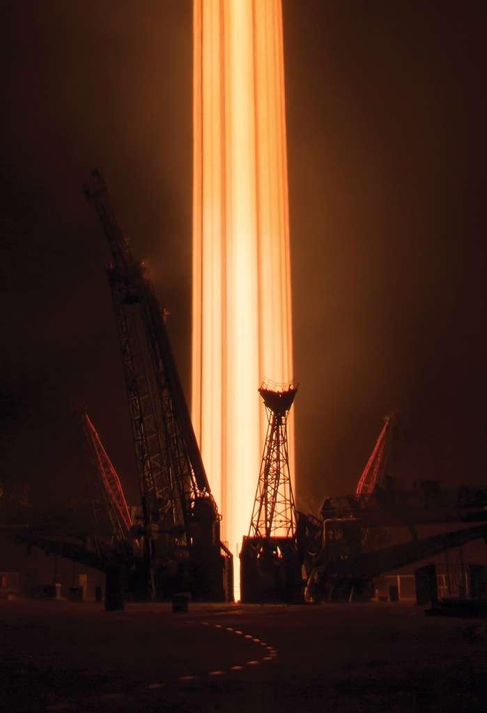 Cette colonne de feu est la trace photographiée du décollage du lanceur Soyouz. À son bord, trois voyageurs en route vers l'ISS. © Zuma Press, eyevine