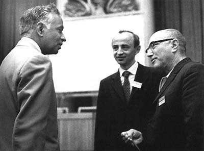 De gauche à droite Chandrasekhar, Novikov et Zeldovitch. © DP