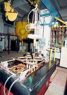 Le chromage dur est employé pour la réparation de pièces usées et pour le traitement préventif de pièces neuves. Ici, une cuve de chromage, TSH, Le Havre. © DR