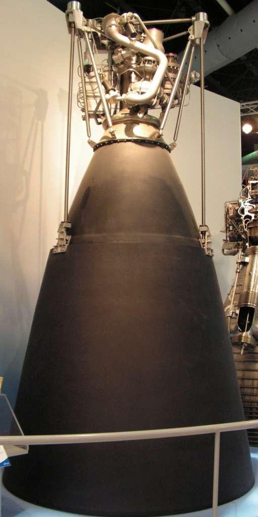 Exposé au Salon du Bourget de 2005, ce moteur Vinci, doté de nombreux éléments factices, a son divergent baissé. On peut voir le mécanisme de descente du divergent. Les vis sans fin sont équipées de moteurs qui permettent la descente du divergent en 12 secondes. © Rémy Decourt