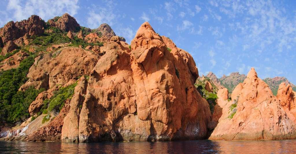 Les alentours de la réserve naturelle de Scandola sont aussi réputés pour faire partie des plus beaux spots de plongée de Corse. © RnDms, Adobe Stock