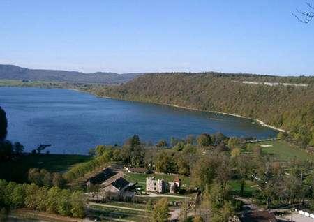 Le lac de Chalain, à Fontenu, dans le Jura. © via Wikipédia, DR