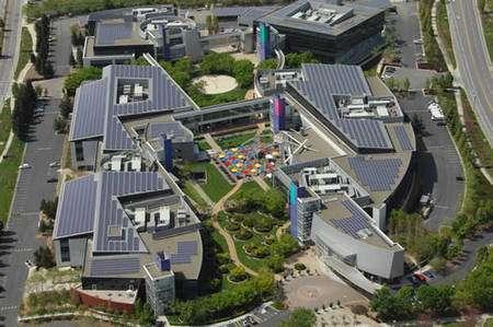 Vue aérienne d'une partie des installations de Goggle, dont les toits des bâtiments sont entièrement recouverts de générateurs solaires. Crédit Google.