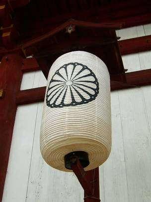 Le chrysanthème, symbole de la famille impériale japonaise.