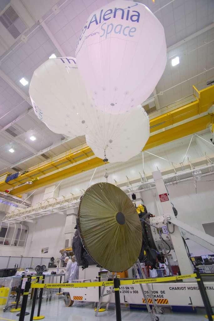 Essai de déploiement de l'antenne en bande X de 2,2 mètres, soutenue par les trois ballons gonflés à l'hélium. © Rémy Decourt