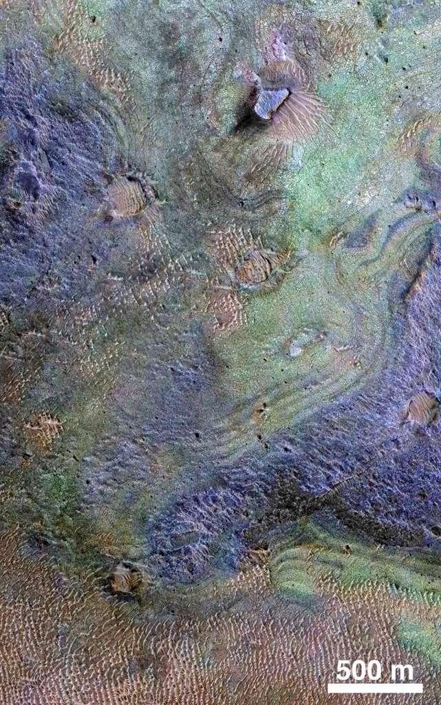 Image composite d'une partie de la région de Nili Fossae, le plus grand dépôt de carbonates connu à la surface de Mars, créée à partir des données de MRO (Mars Reconnaissance Orbiter). Les roches riches en carbone sont en vert. Le brun indique les sables riches en olivine, et le violet la présence de basalte. © Nasa, JPL-Caltech, JHUAPL, University of Arizona