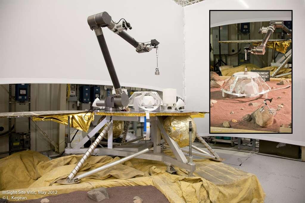 La maquette d'InSight au JPL pour tester le déploiement du sismomètre. © Laurent Kerjean