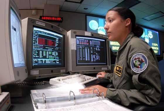 Une opératrice effectue une checklist durant les opérations des satellites GPS. Le concurrent du système américain GPS est le système européen Galileo. Il sera opérationnel en 2012 © Documents Schriever AFB et A.F.Link.