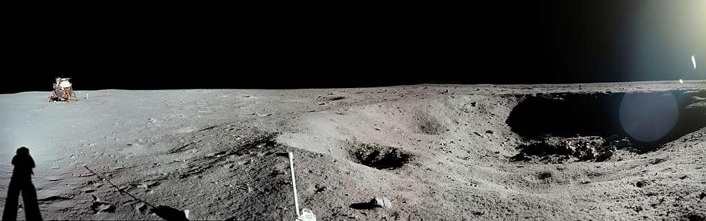 Ce panorama impressionnant montre le site d'atterrissage de la mission Apollo 11, surnommé Base de la Tranquillité, car situé dans le coin sud-ouest de la plaine lunaire appelée mer de la Tranquillité. © Images Nasa/JSC, Retraitements Olivier de Goursac. Tous droits réservés