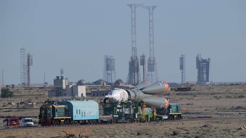 Transfert du Soyouz sur son pas de tir, à bord duquel Alexander Gerst et ses deux compagnons rejoindront la Station spatiale internationale. © ESA, S. Corvaja