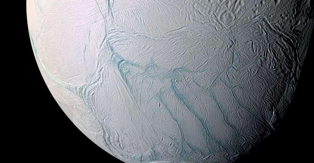 En 2006, des astronomes avaient suggéré que les rayures de tigre s'étaient initialement formées ailleurs et avaient ensuite migré vers le pôle sud à la faveur de l'apparition d'un point chaud créant une bulle de faible densité. La proposition d'aujourd'hui semble plus satisfaisante. © Nasa, Esa, JPL, SSI, Cassini Imaging Team