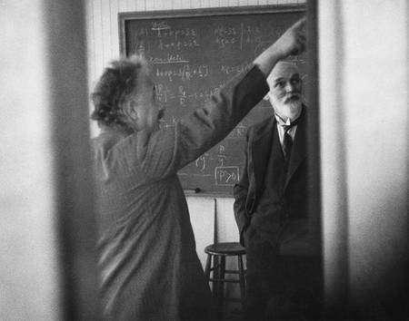 Einstein montrant du doigt une équation à Willem de Sitter (Crédit : the New York Times Photo Archives).