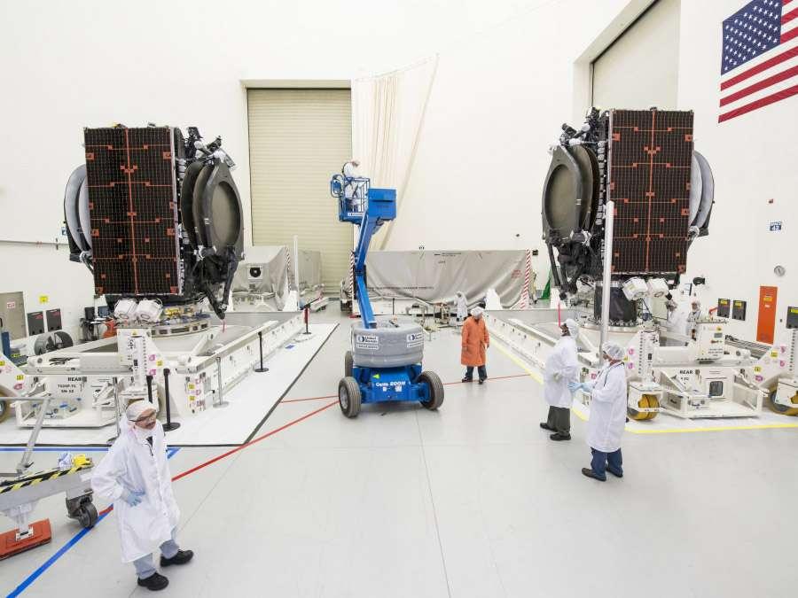 Les deux satellites électriques, Eutelsat 115 West B et ABS-3A. D'apparence identique, ils se différencient par le nombre de répéteurs qu'ils embarquent : 32 en bande C et 14 en bande Ku pour Eutelsat 115 West B, et 24 en bande C et 24 en bande Ku pour ABS-3A. © Boeing