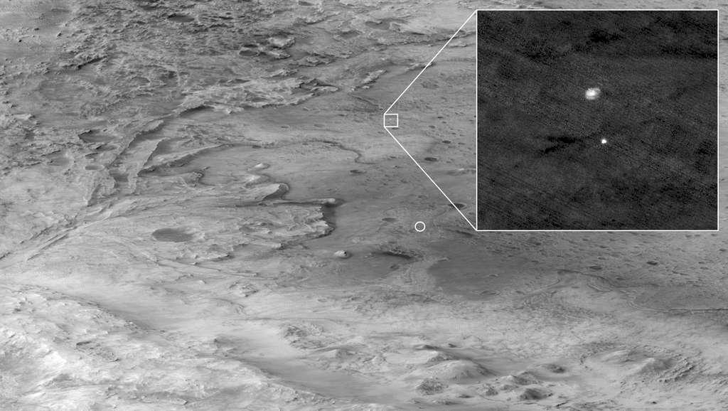 HiRise a capturé la descente vers Mars du rover Perseverance avec cette image à très haute résolution. Une ellipse indique où Persévérance a finalement atterri dans le cratère de Jezero. © Nasa/JPL-Caltech/University of Arizona