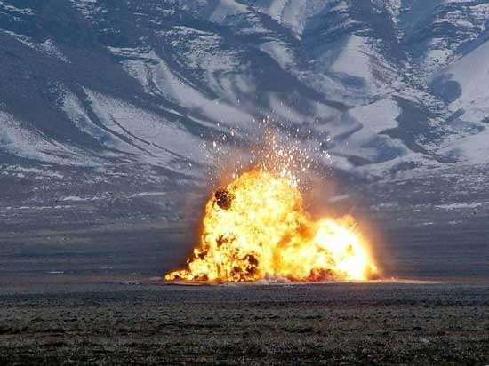 """Explosion du stock d'armes capturées aux Talibans réalisée par un équipe du 252eme Détachement de l'OSI basée au Texas. Du point de vue de la sécurité, les actions des GIs et des Marines sont contrôlées par la CIA ainsi que par le Bureau des Enquêtes Spéciales de l'US Air Force (OSI) pour tout ce qui concerne le terrorisme. C'est toutefois le Pentagone, représentant l'Etat-Major de l'Armée américaine qui, seul, peut juger sur le terrain des """"lois de la guerre"""", c'est-à-dire de la bonne ou mauvaise exécution des missions ainsi que du respect ou non du code d'honneur militaire. © Document A.F.Link."""
