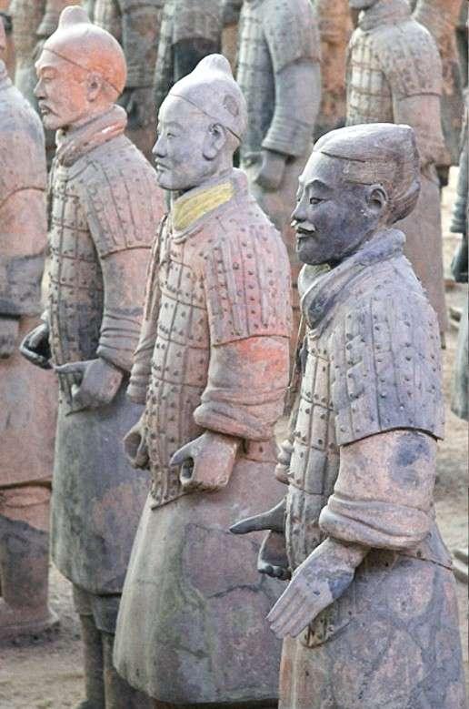 Les soldats de l'armée d'argile sont presque tous individualisés et, selon leur fonction, ils étaient couverts de pigments colorés différents, dont le plus célèbre est le pourpre de Han. © DP