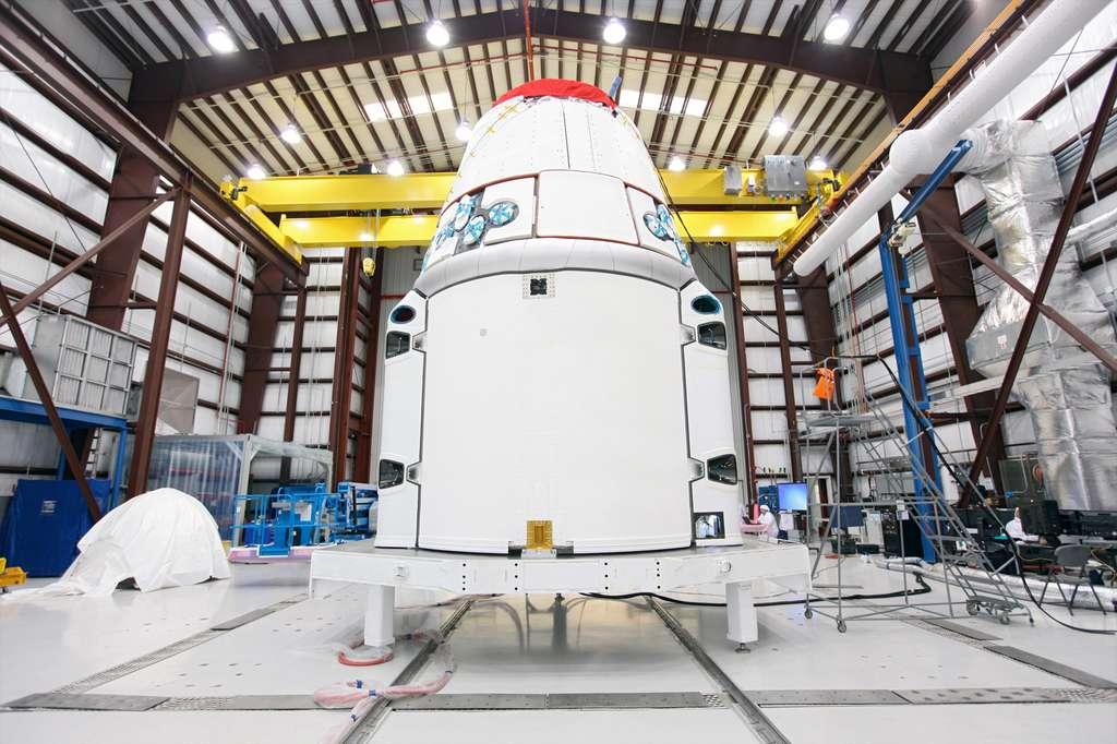 La capsule Dragon qui sera utilisée pour la deuxième mission commerciale de SpaceX à destination de l'ISS. Elle apportera 600 kg de fret à la Station. © Kim Shiflett, Nasa