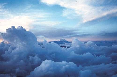 """Vue du volcan englacé de Cayambe (5790m) émergeant d'une mer de nuages. Photographie prise depuis le sommet du volcan Sumaco, dans le cadre du programme """"processus et aléas volcaniques"""" (UR 031) © IRD Eissen, Jean-Philippe"""