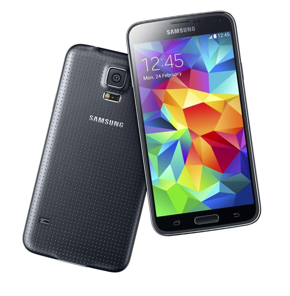 Durant des mois, de nombreuses rumeurs ont circulé à propos du Galaxy S5. Elles se sont presque toutes révélées fausses. Seule l'introduction d'un lecteur d'empreintes digitales s'est finalement confirmée. Samsung a préféré jouer la carte de l'ergonomie en travaillant mieux l'adéquation entre les performances techniques et les fonctionnalités. © Samsung