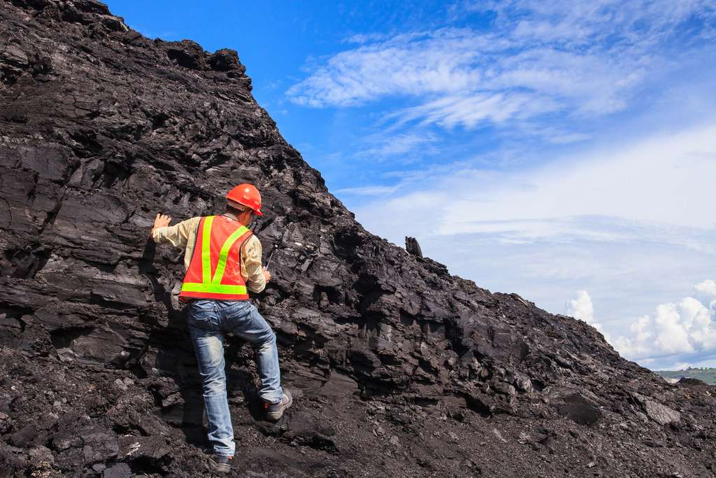 Sur le terrain, le géologue peut travailler dans le secteur des matières premières et superviser l'extraction des ressources. © buranatrakul, Fotolia.