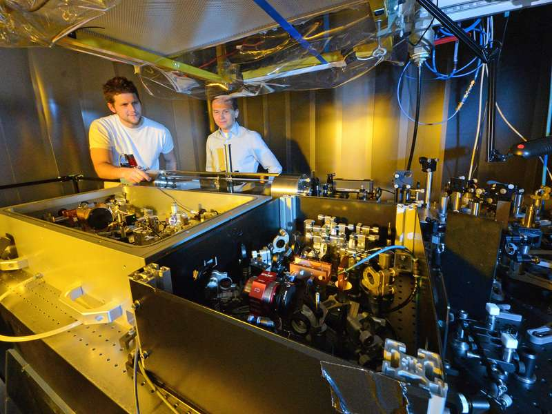 Les scientifiques ont créé un nouveau système de laser qui émet 100 millions de pulsations de lumière infrarouge par seconde. © Thorsten Naeser