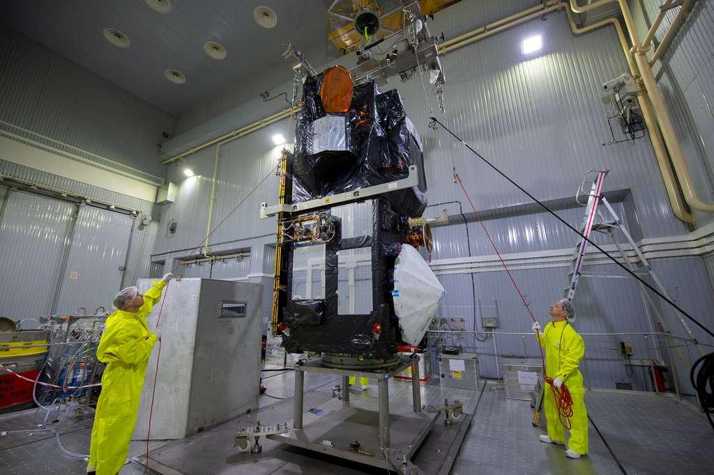 Préparation de Sentinel 3B en vue de son installation dans le lanceur Rockot. © S. Corvaja, ESA