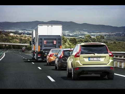 Le convoi automatisé composé de trois voitures Volvo. Le camion de tête guide les véhicules auxquels il est relié par une connexion sans fil. © Volvo/Sartre-Consortium