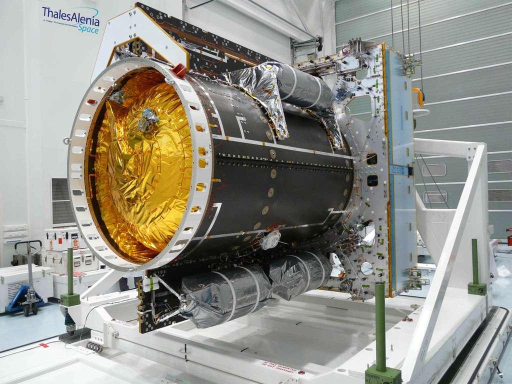 Le module de service d'Alphabus, ici vu dans les locaux cannois de Thales Alenia Space, utilise la propulsion électrique afin d'optimiser la masse du satellite au profit de la charge utile, en réduisant la masse d'ergols chimiques embarqués. © Thales Alenia Space