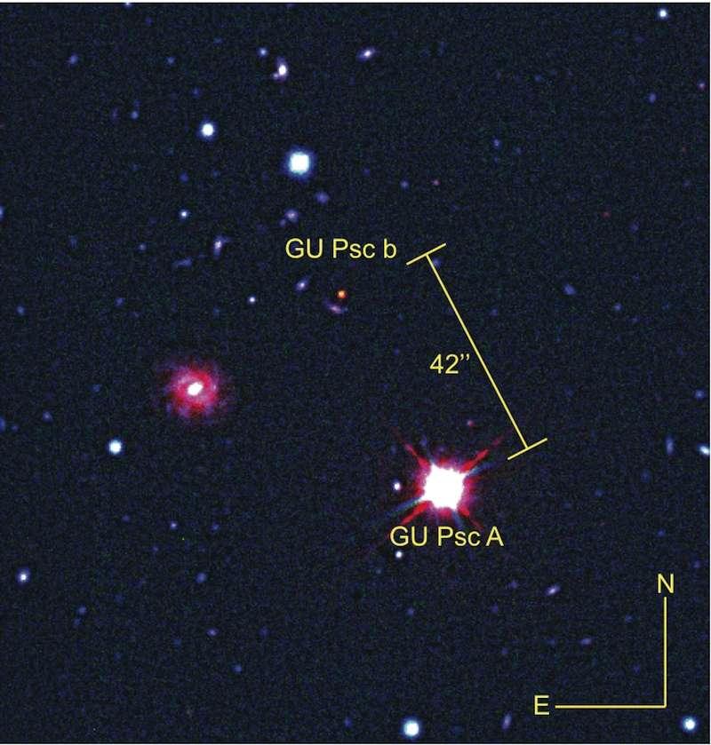 Image composite (rayonnements visible et infrarouge) de la naine rouge GU Psc et de la planète géante qui lui gravite autour à 2.000 unités astronomiques, GU Psc b. Malgré une distance avec la Terre de 155 années-lumière, les deux astres restent bien séparés sur ces images capturées par les télescopes Gemini-Nord et CFHT. © CFHT, Gemini