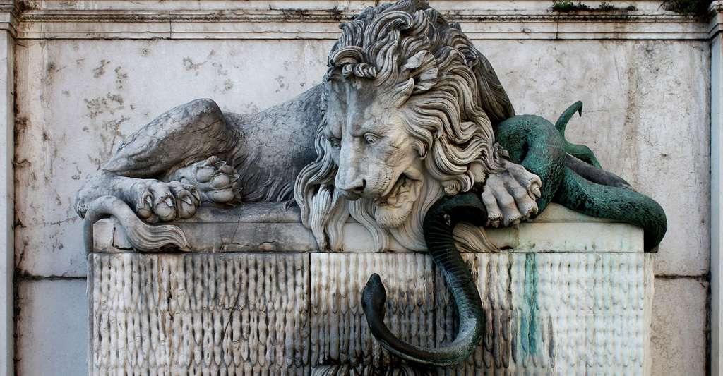 Grenoble, quai Perrière : la célèbre fontaine du lion et du serpent, sculptée par Sappey en 1843, symbolise le perpétuel combat de Grenoble (le lion) contre les crues de l'Isère (le serpent). Une devise prévient « La serpen et lo dragon mettront Grenoblo en savon » (l'Isère, le serpent et son affluent le Drac, le dragon). © Guillaume Piolle, CC BY 3.0