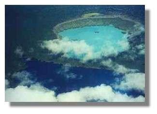Les trois lacs de cratère Manaro Lakua (non actif), Voui (turquoise, actif, 2000 m de diamètre) et Ngoro (marécageux) du sommet de l'île d'Aoba (Ambae) © IRD